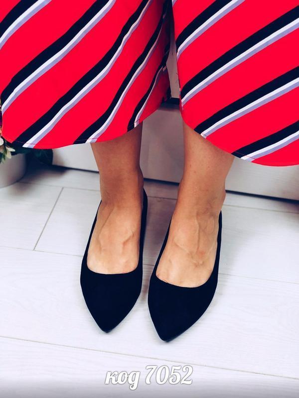 Стильные чёрные туфли на низком каблуке