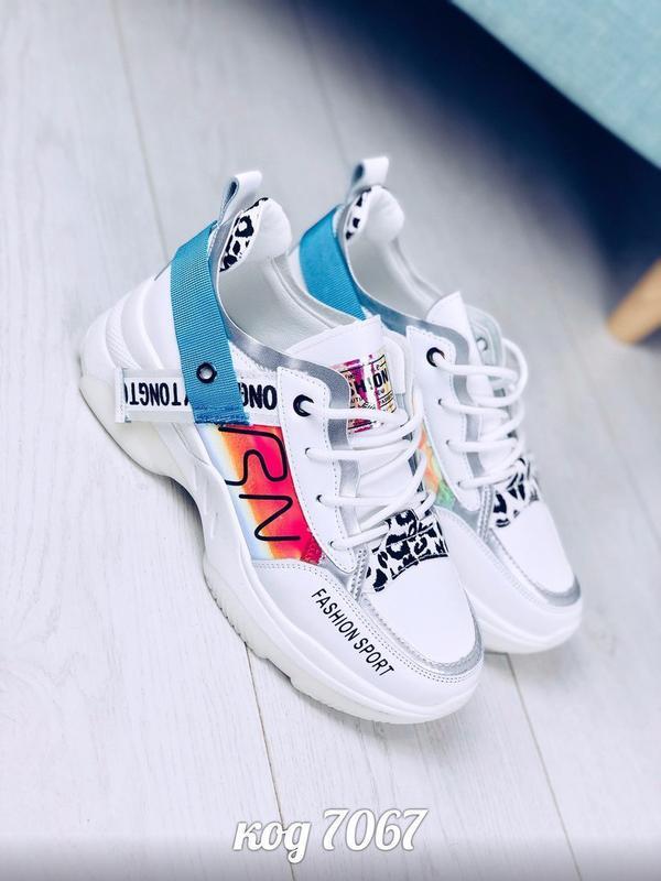 Стильные белые кроссовки с надписями