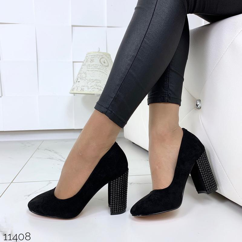 Шикарные черные туфли на каблуке с заклепками