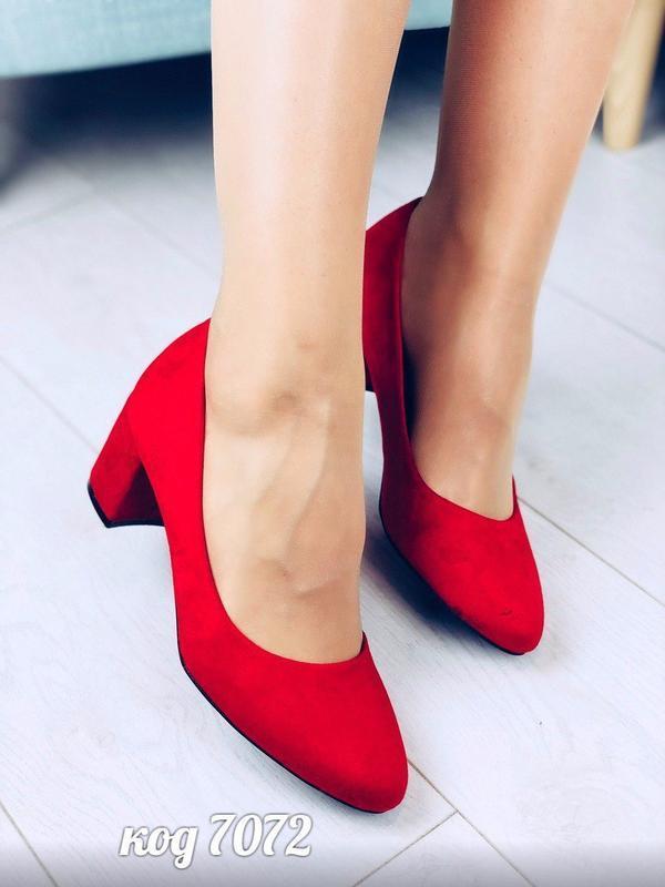 Шикарные красные туфли на толстом каблуке