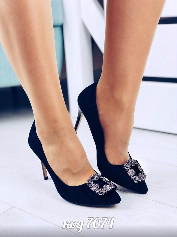 Шикарные черные туфли с брошью