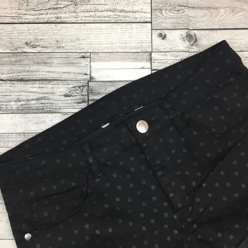 -70%! джинсовые чёрные шорты из эластичного денима, со звёздами - Фото 3