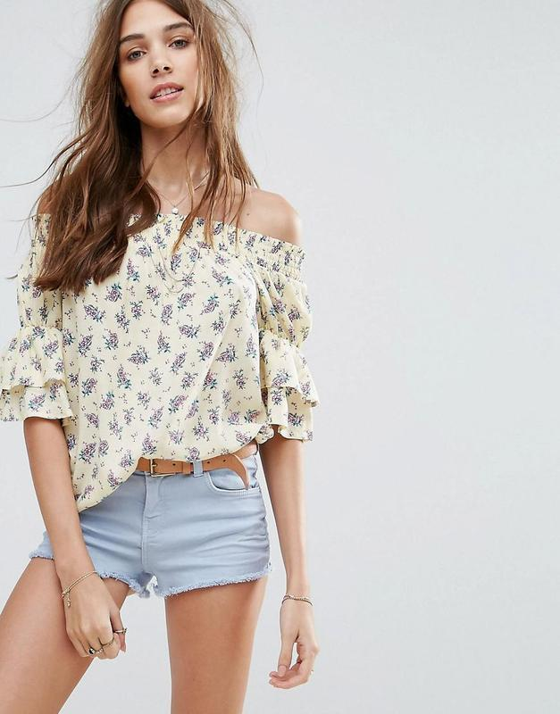 -70%! воздушная стильная блуза в цветах с оборками и открытыми...