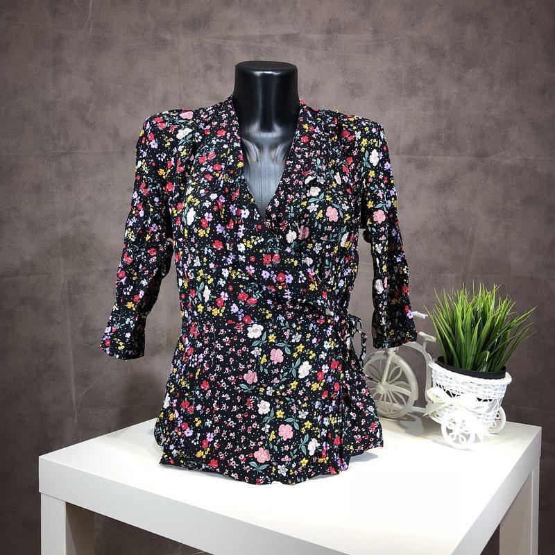 Актуальная блуза на запах в цветочный принт с оборками из вискозы