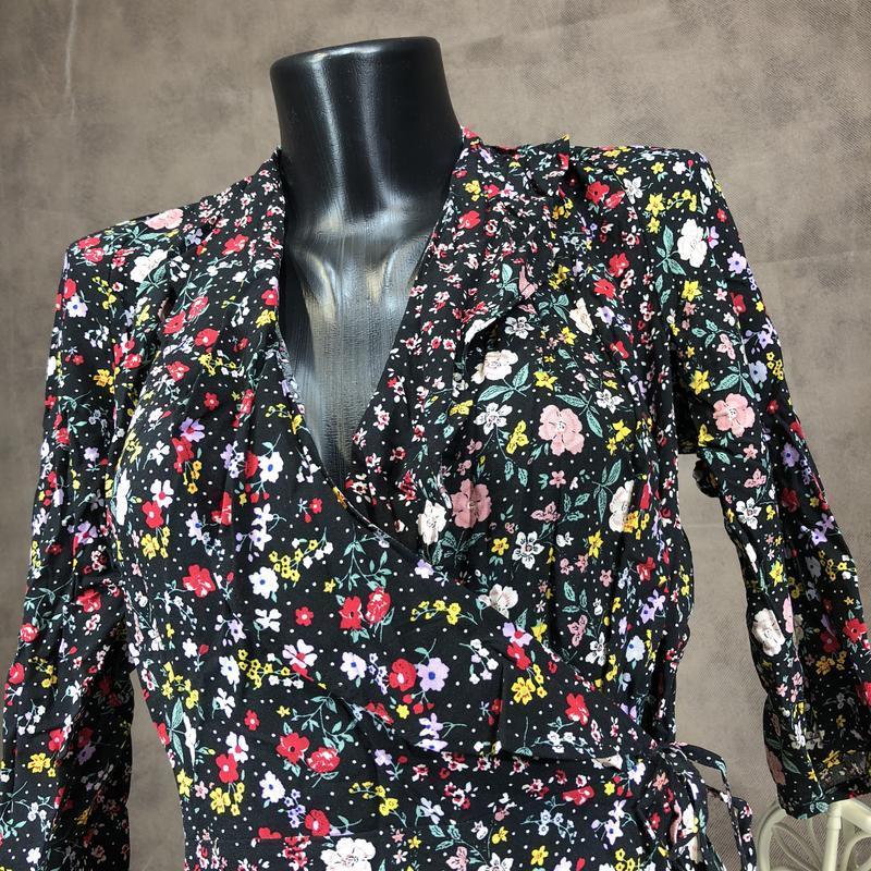 Актуальная блуза на запах в цветочный принт с оборками из вискозы - Фото 2