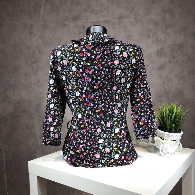 Актуальная блуза на запах в цветочный принт с оборками из вискозы - Фото 3