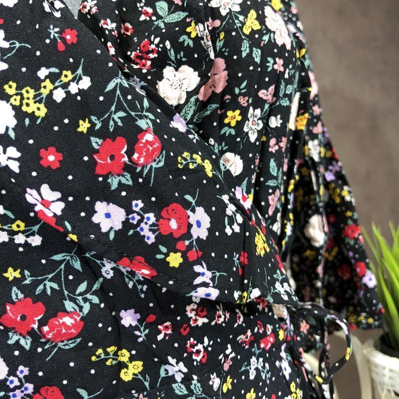 Актуальная блуза на запах в цветочный принт с оборками из вискозы - Фото 5