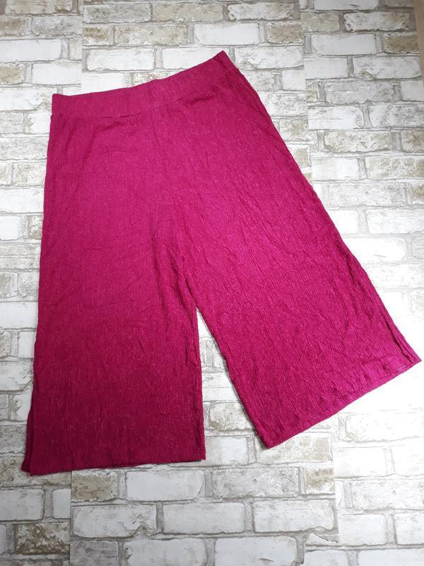 Яркие кюлоты из жатой ткани, укороченные брюки
