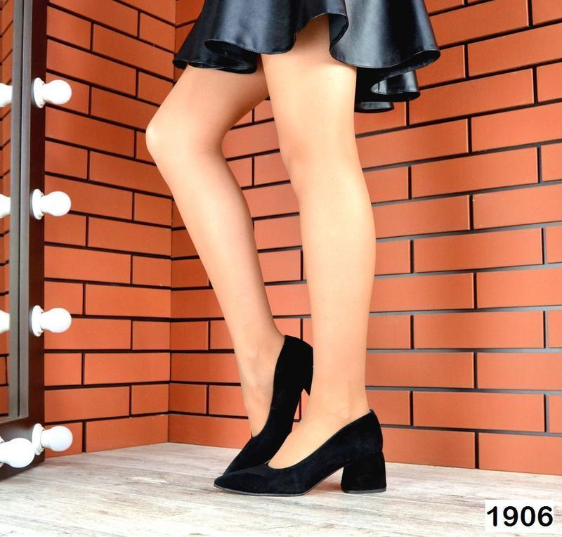 Замшевые туфли на небольшом широком удобном каблуке с острым н...