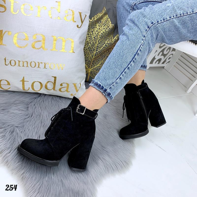 Замшевые осенние ботинки на шнурках на широком высоком каблуке