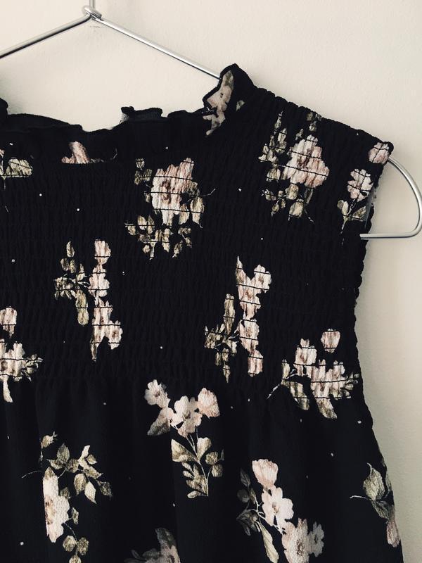 Актуальная черная блузка с нежным цветочным принтом и воротник... - Фото 6