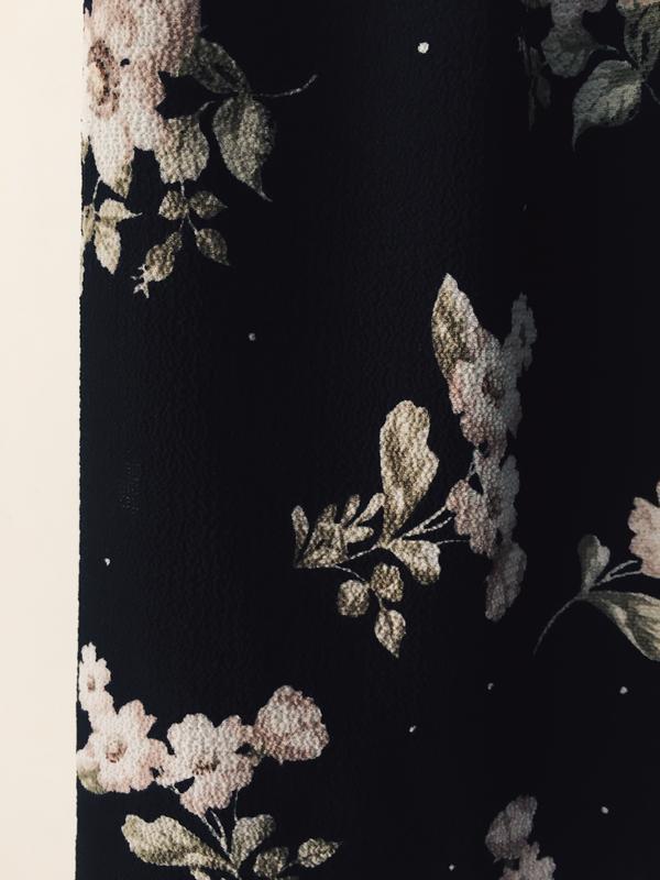 Актуальная черная блузка с нежным цветочным принтом и воротник... - Фото 7