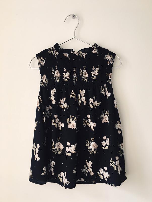 Актуальная черная блузка с нежным цветочным принтом и воротник... - Фото 9