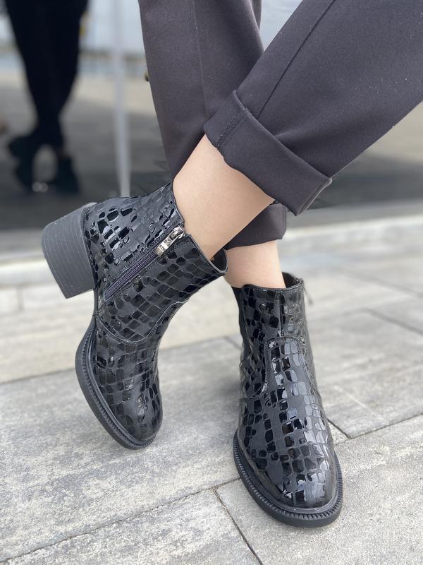 Женские кожаные ботинки с лаковыми вставками