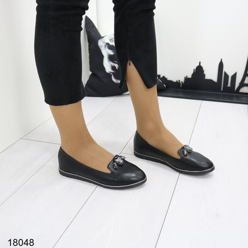 Чёрные балетки, чёрные туфли на низком ходу.