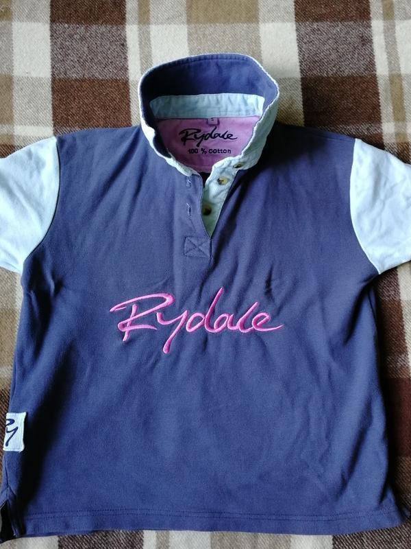 Жёсткая структурная футболка поло с вельветовый отделкой rydale - Фото 6