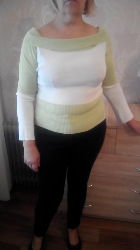 Тонкий свитерок пастельных оттенков зеленоватый с белым