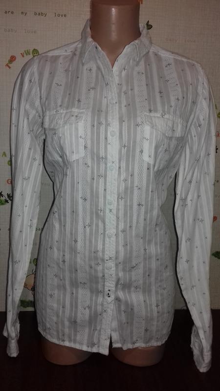 Белая рубашка классика, из интересной ткани.