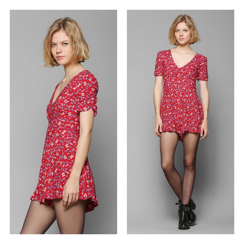 Ромпер платье красное с цветочками.