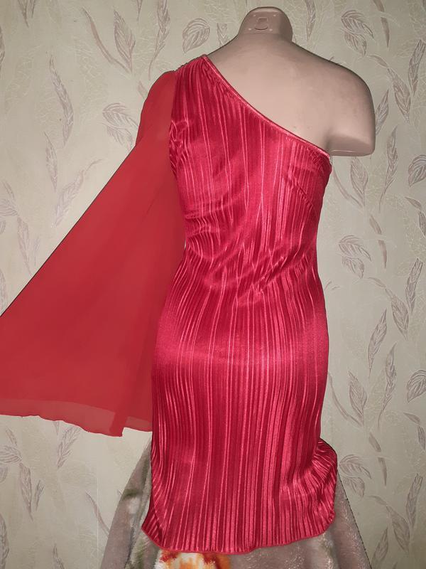 Красное платье на одно плечо плиссе, длинный рукав. - Фото 4