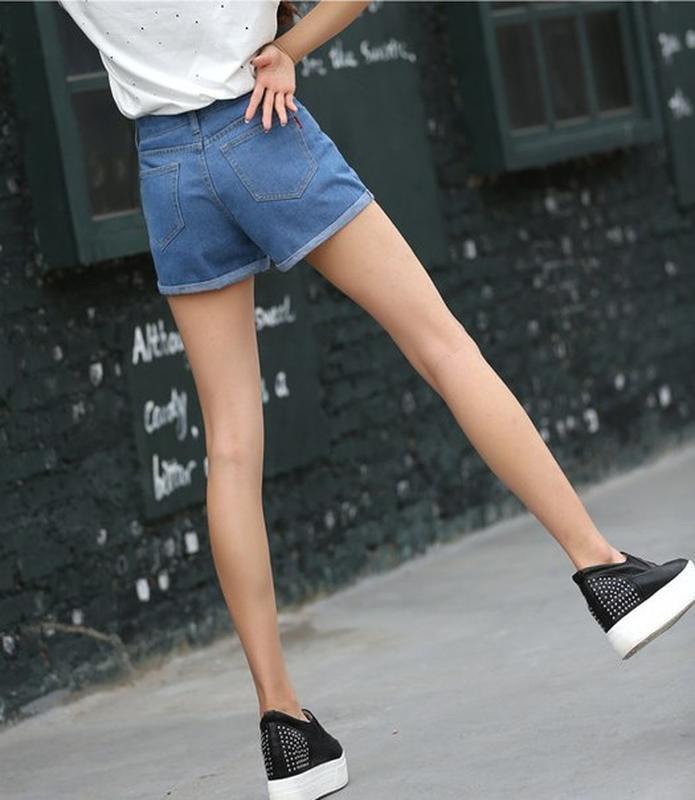 Женские светлые джинсовые шорты с отворотом