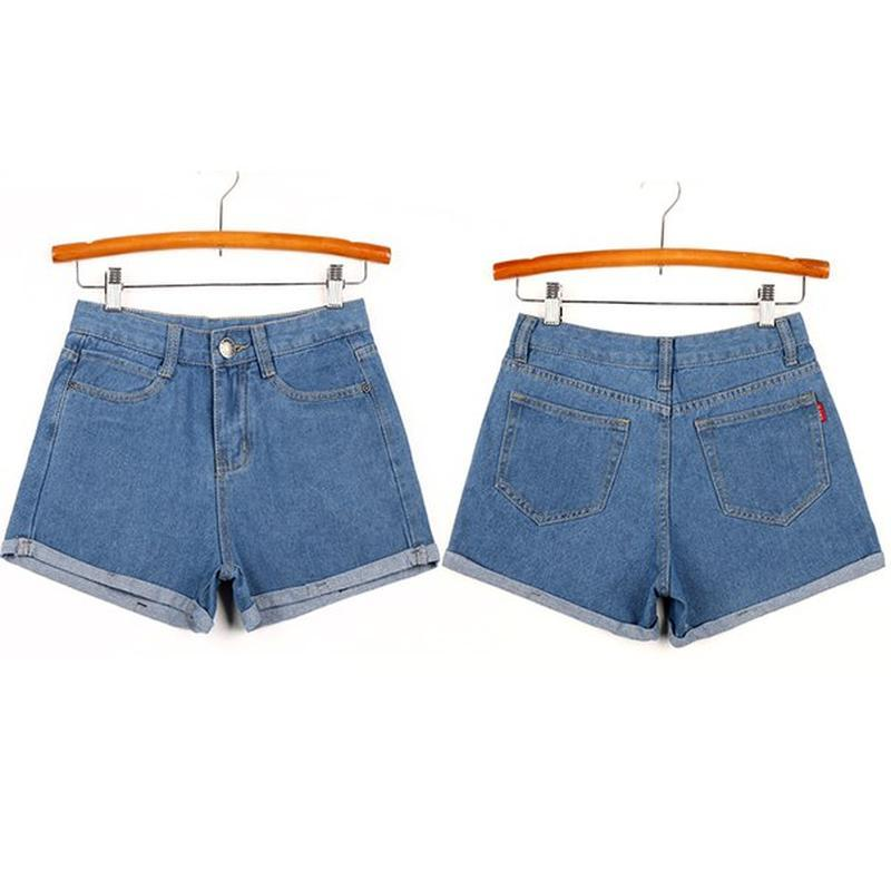 Женские светлые джинсовые шорты с отворотом - Фото 2