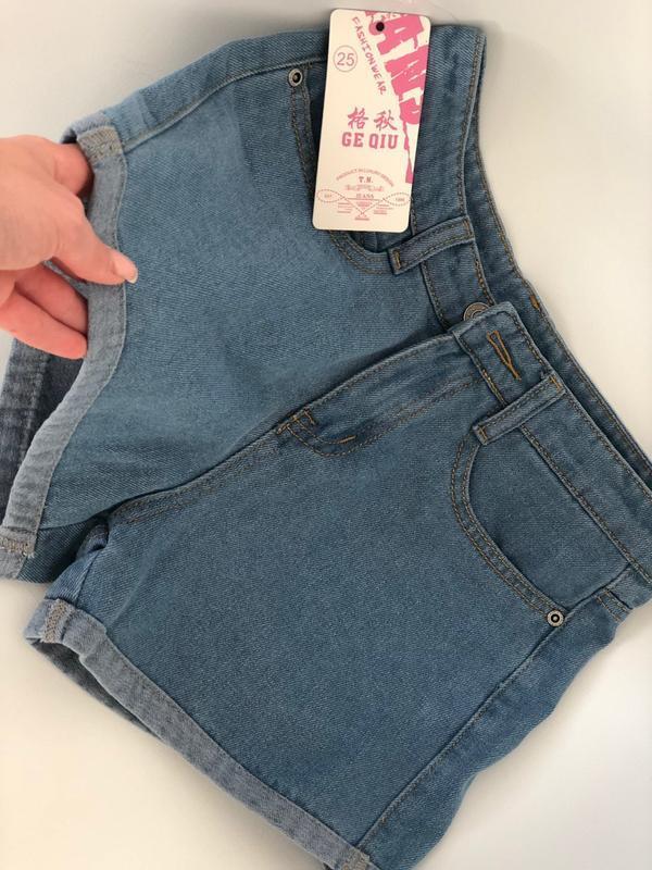 Женские светлые джинсовые шорты с отворотом - Фото 3