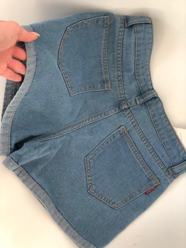 Женские светлые джинсовые шорты с отворотом - Фото 4
