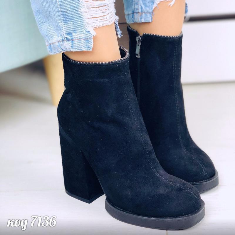 Шикарные чёрные ботинки на высоком устойчивом каблуке