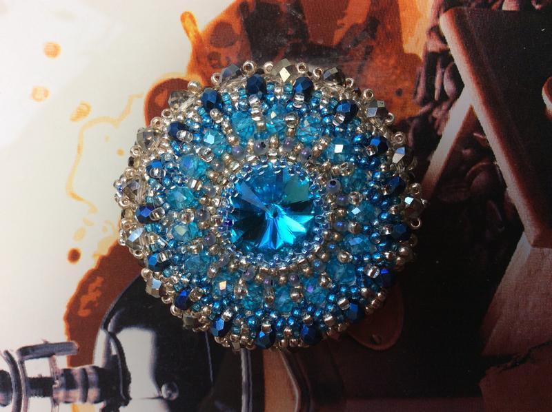 Голубая брошь ручной работы из бисера
