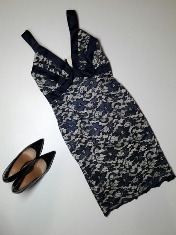 Платье по фигуре с кружевом