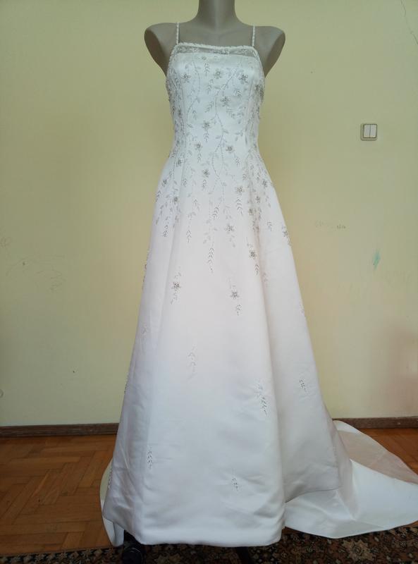 Шикарное свадебное платье с вышивкой и шлейфом и болеро