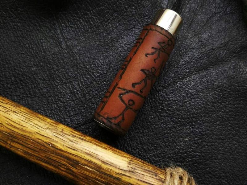Зажигалка Clipper в кожаном чехле.