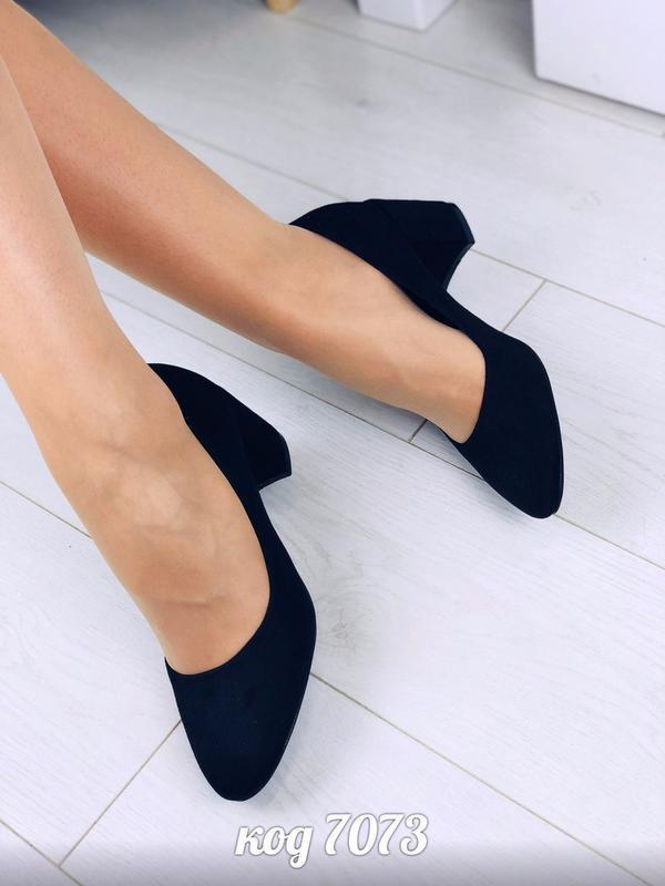 Изящные черные туфли на удобном каблуке - Фото 3