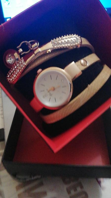 Наручные женские часы с бежевым ремешком в подарочной коробке