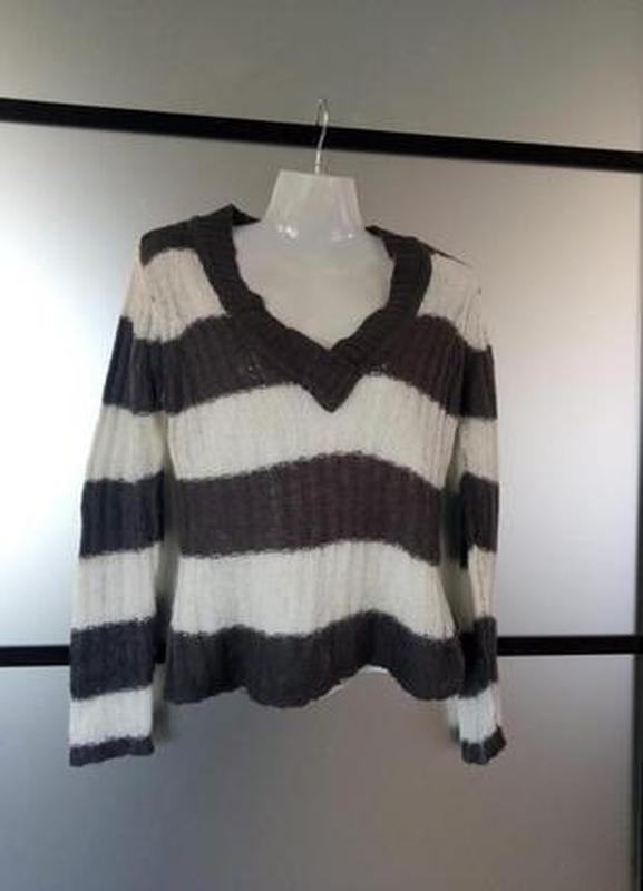 Тёплый вязаный шерстяной свитер тонкая вязка с v-вырезом. cloc...