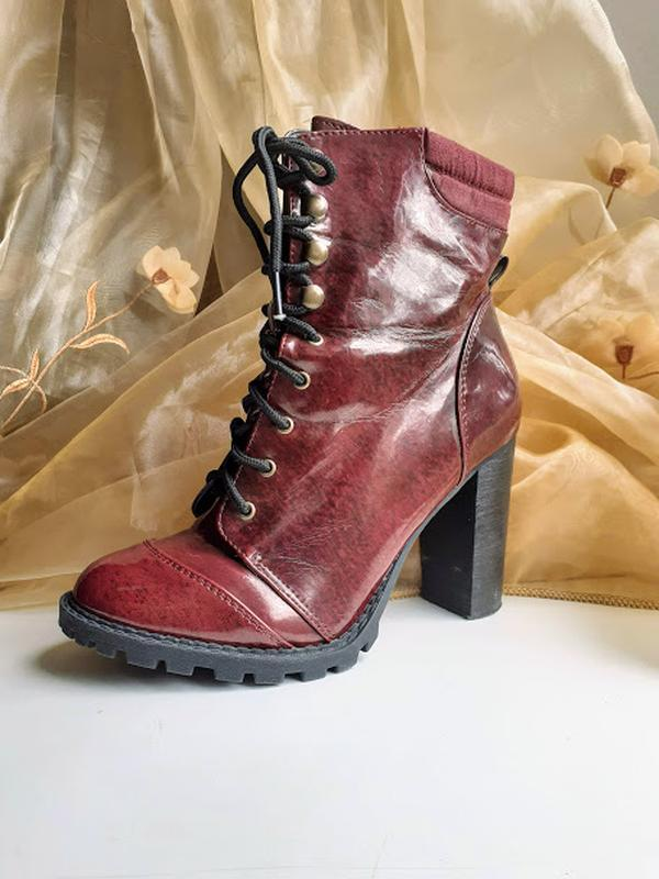 Бордовые лаковые ботинки на каблуке со шнуровкой atmosphere - Фото 2