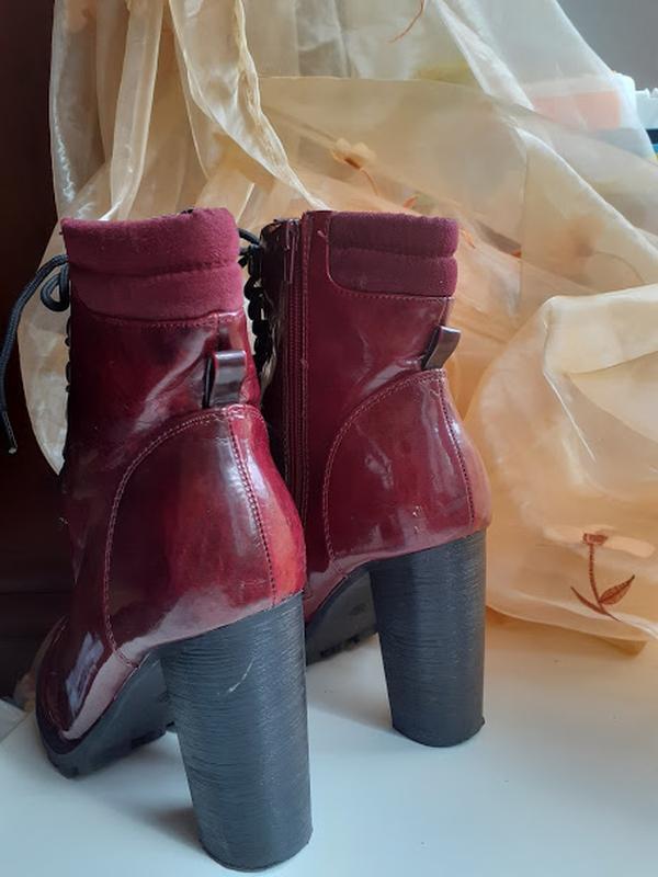 Бордовые лаковые ботинки на каблуке со шнуровкой atmosphere - Фото 3