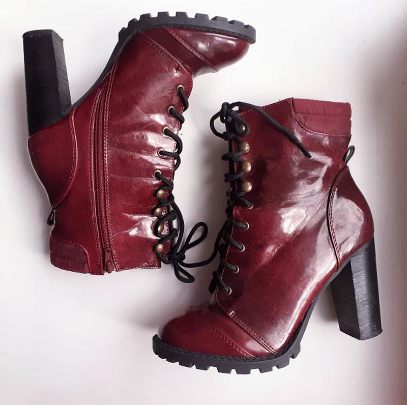 Бордовые лаковые ботинки на каблуке со шнуровкой atmosphere - Фото 6