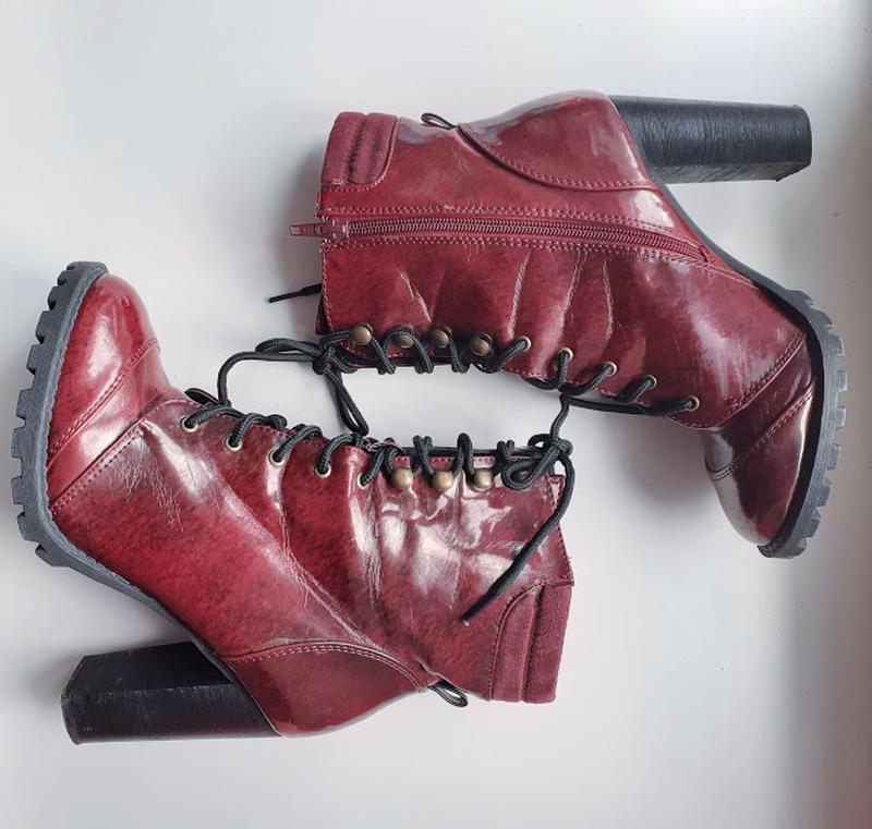 Бордовые лаковые ботинки на каблуке со шнуровкой atmosphere - Фото 7