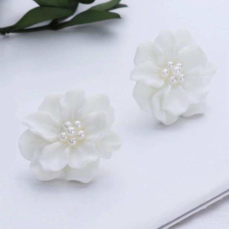 Красивые серьги пуссеты белые цветы с жемчугом - Фото 2