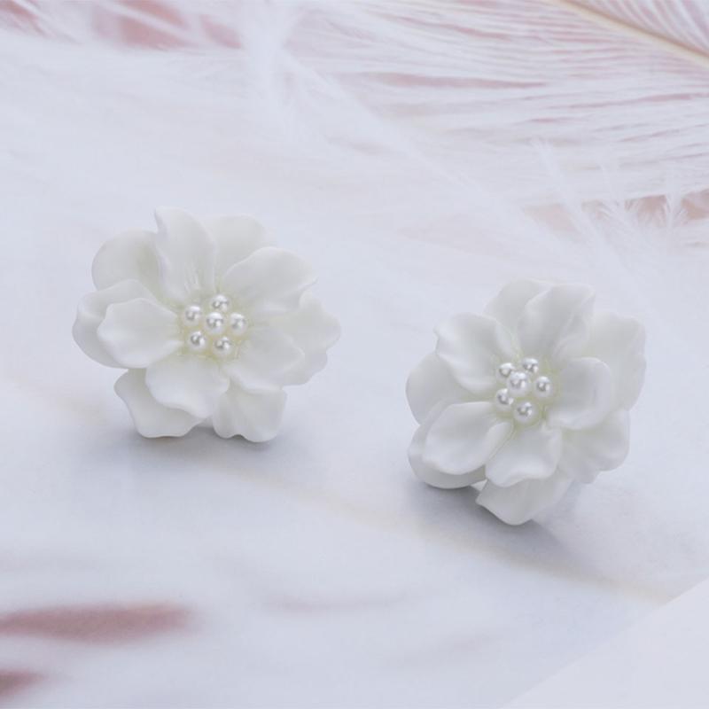 Красивые серьги пуссеты белые цветы с жемчугом - Фото 3