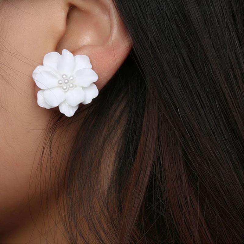 Красивые серьги пуссеты белые цветы с жемчугом - Фото 4