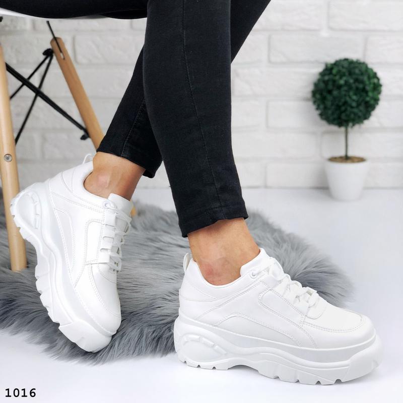 Стильные белые кроссовки на платформе - Фото 7