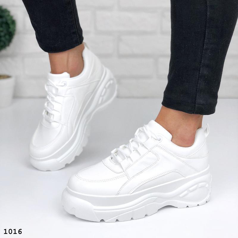 Стильные белые кроссовки на платформе - Фото 8