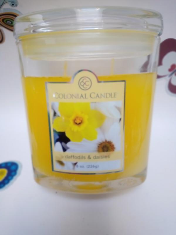 Подарочная свеча colonial candle сша. daffodils & daises