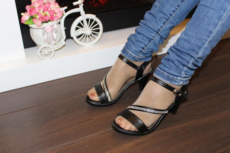 Босоножки женские черные на каблуке - Фото 2