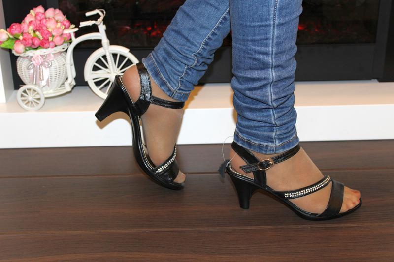 Босоножки женские черные на каблуке - Фото 5