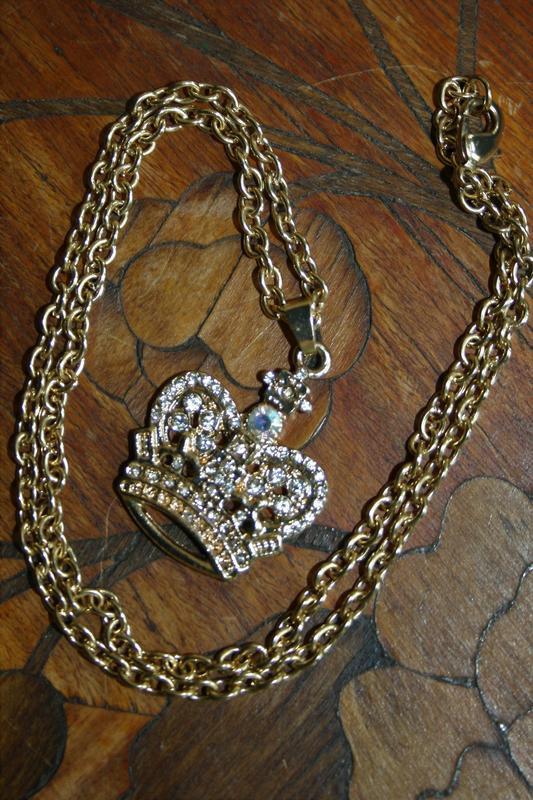 Кулон в виде короны с цепью под золото