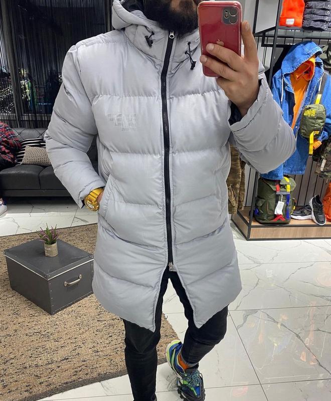 Мужская зимняя удлиненная куртка серого цвета
